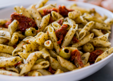 Cerchi un primo piatto buono e semplice da preparare? Prova le penne con pesto di olive e pomodorini secchi!